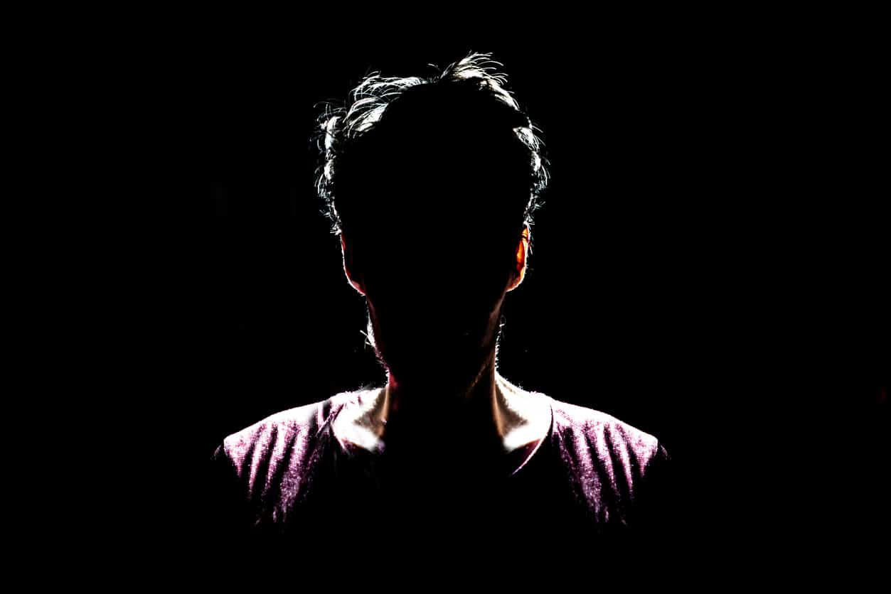 Homme caché dans l'ombre alcoolique anonyme -- istock